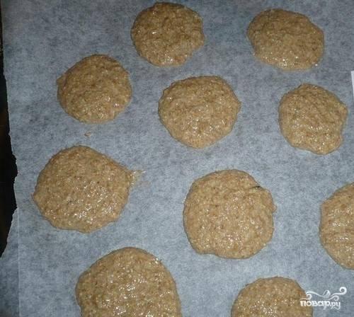 4. По консистенции тесто получается как на оладьи. Выкладываем ложкой на противень печенье небольшими порциями и отправляем в духовку.