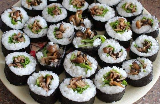 Нарежьте суши кусочками по 3 сантиметра.