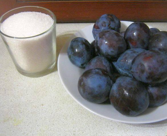 1. Готовить сливовое варенье по этому рецепту нужно в несколько заходов. Это делается для того, чтобы варенье сохранило максимальное количество витаминов.