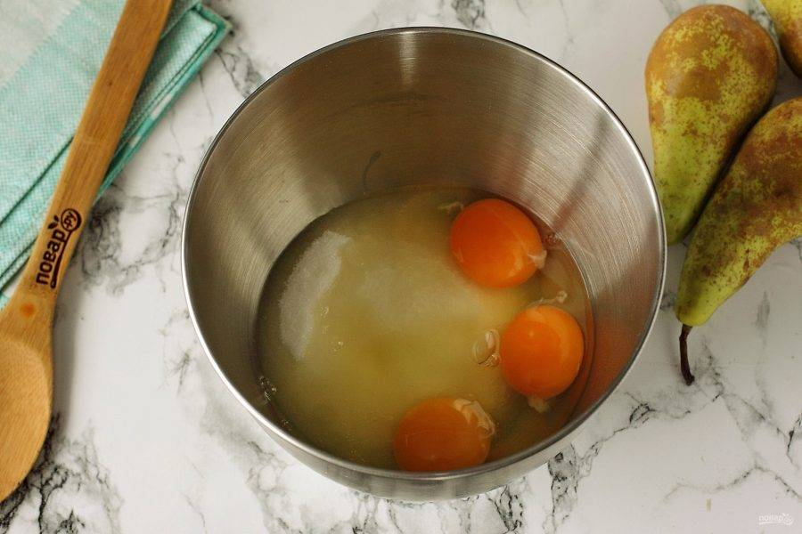 Соедините яйца и сахар.
