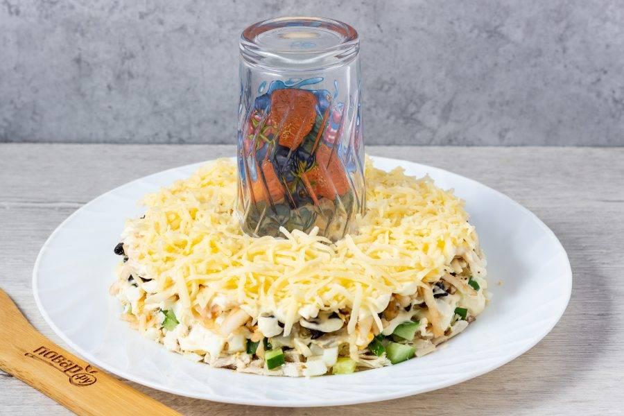 Последний слой - сыр натертый на мелкой терке. Украсьте салат зернами граната и ягодами винограда. Уберите в холодильник на 30-60 минут.