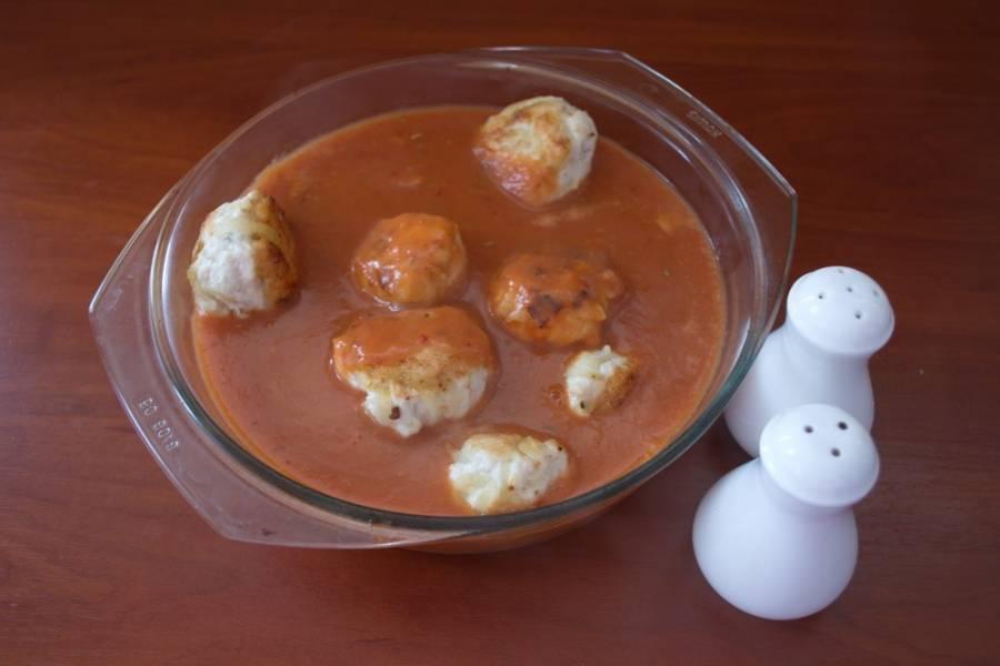 Полученным соусом залейте тефтели.