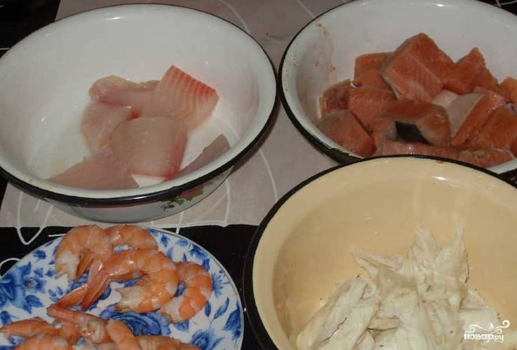 Рыбу промываем и нарезаем порционными кусочками, удалив кости. Креветки очищаем.