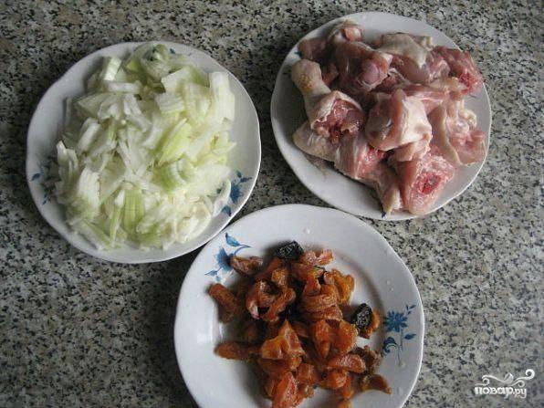 Затем нарезать полукольцами лук. Курагу замочить в кипятке на пару минут, а куриное мясо промыть под проточной водой и нарезать кусочками (как вам больше нравится).