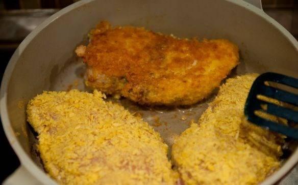 Быстро обжарим грудки на сковороде с каждой стороны (по 3-5 минут) до слегка золотистого цвета.