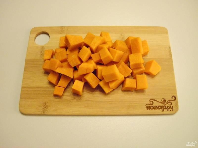 Снимите с тыквы кожуру толстую и внутренний волокнистый край. Порежьте овощ небольшими кусочками.