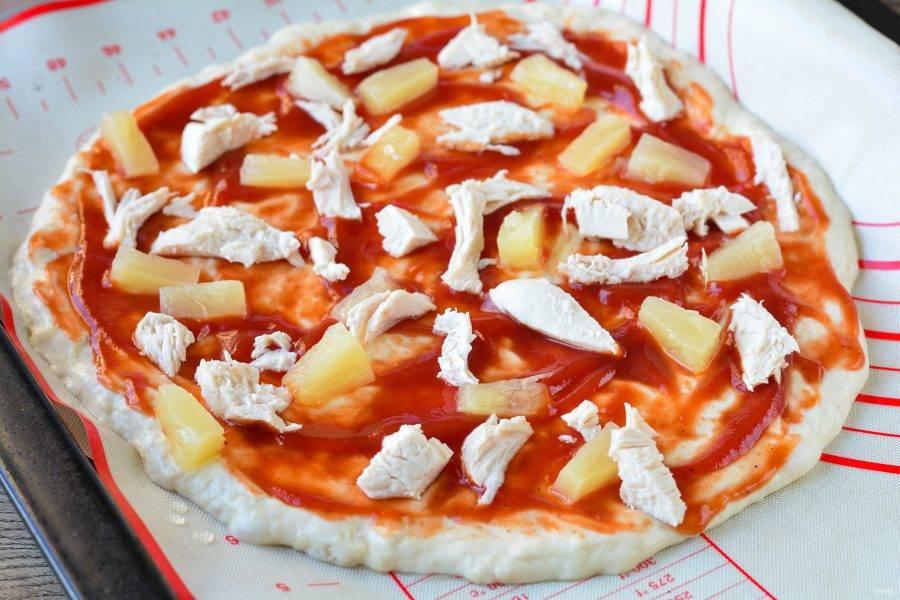 Распределите начинку на пиццу.