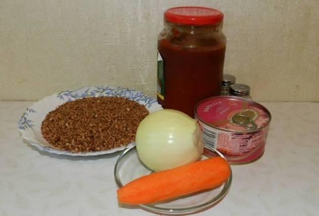 1. Перед тем, как приготовить гречку с тушенкой и луком, переберите и промойте холодной водой крупу. Лук и морковь помойте и очистите.