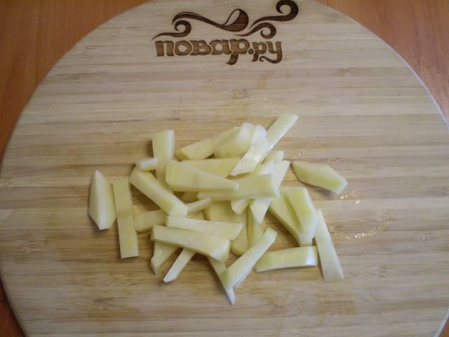 4. По истечении часа очищаем картофель, режем.