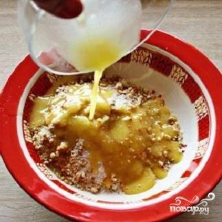 2.Крошку выложите в отдельную миску и добавьте одну столовую ложку сахара и растопленное масло, 2 ложки. Теперь эту массу хорошо перемешайте.