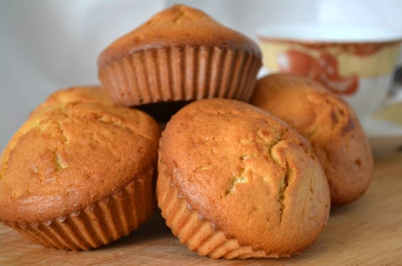 Достаем готовые кексы, даем немного остыть, вынимаем из формочек и, при желании, посыпаем сахарной пудрой или покрываем глазурью (после остывания).