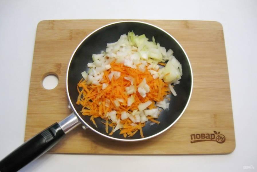 Лук и морковь очистите, помойте. Лук мелко нарежьте, а морковь натрите на терке. Выложите в сковороду с подсолнечным маслом.