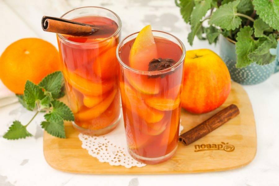 После чего разлейте напиток в стаканы, чашки или жестяные кружки и подайте к столу теплым.