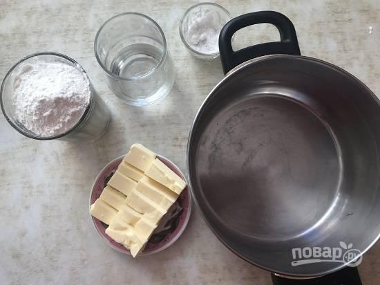2. Начнем с приготовления теста. Необходимо смешать мягкое сливочное масло, муку, воду. Добавить щепотку соли и вымесить мягкое тесто.