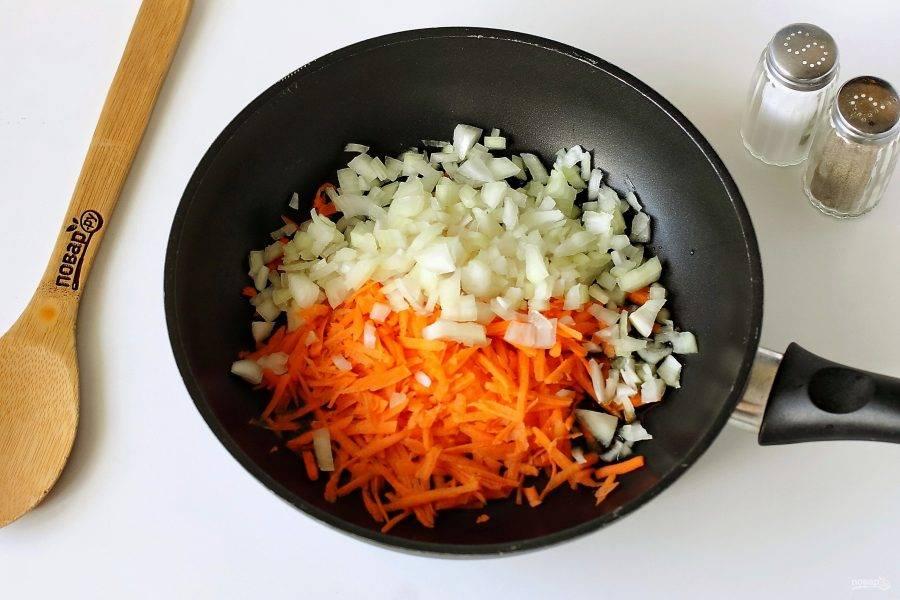 На сковороде разогрейте масло. Положите тертую на крупной терке морковь и лук, нарезанный кубиками.