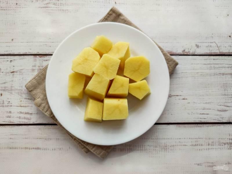 Картофель хорошо помойте, очистите, отрежьте концы с двух сторон. Нарежьте картофель на кусочки толщиной 3-3,5 см.