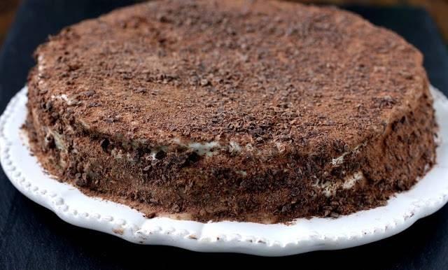 10. Что касается украшения, то тут можно дать волю фантазии. В этот простой рецепт торта на сметане можно использовать как обрезки от коржа, так и шоколадную крошку, дробленные орешки и все, что окажется под рукой.