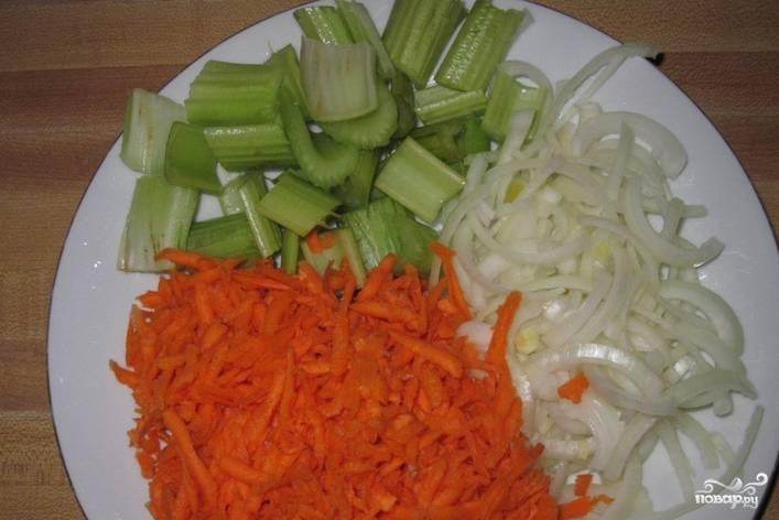 Овощи промываем. Сельдерей и лук мелко нарезаем, морковь трем на терке.