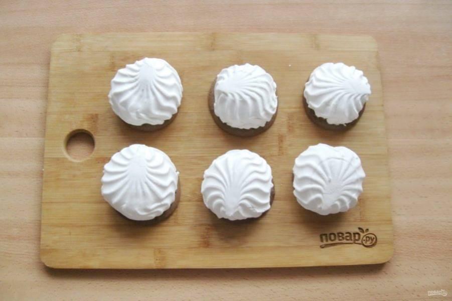 На каждое печенье капните шоколадной глазурью. Разделите зефир на половинки и выложите на печенье.