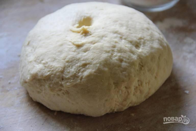 3.Соедините муку с маслом и яйцами, замесите тесто, добавьте по необходимости оставшуюся муку, чтобы тесто не липло к рукам, но получилось мягким. Оберните тесто в пленку и отправьте в холодильник на пару часов.