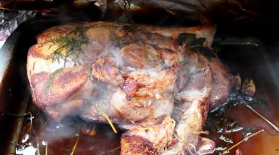 6. Затем открыть фольгу и при необходимости добавить оставшееся вино. Мясо не должно гореть на противне. В общей сложности свинина в красном вине в домашних условиях готовится около 3 часов. Примерно за полчаса до готовности фольгу можно снять, чтобы мясо подрумянилось.
