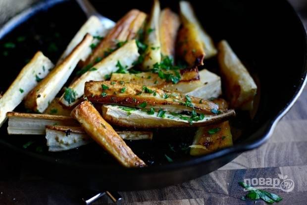 8. Затем обжарьте пастернак в сливочном масле около 8 минут до корочки. Добавьте ещё соли и перца, а также измельчённую петрушку.