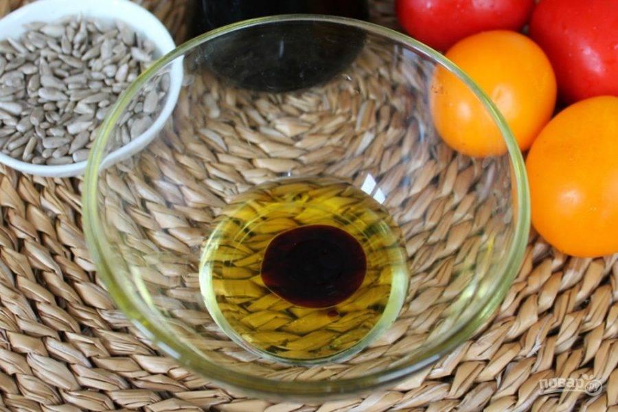 Начинаем с приготовления заправки. В пиалу наливаем оливковое масло и соевый соус.