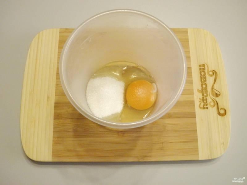 Соедините яйца с сахаром, миксером взбейте массу на максимальных оборотах до посветления.