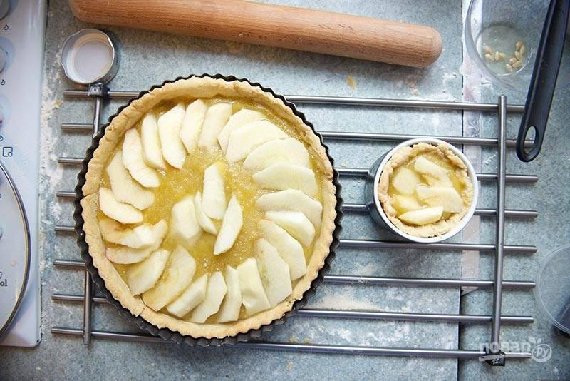 9. Можно при желании дополнить пирог ломтиками яблок, например. Отправьте в духовку и выпекайте около получаса.