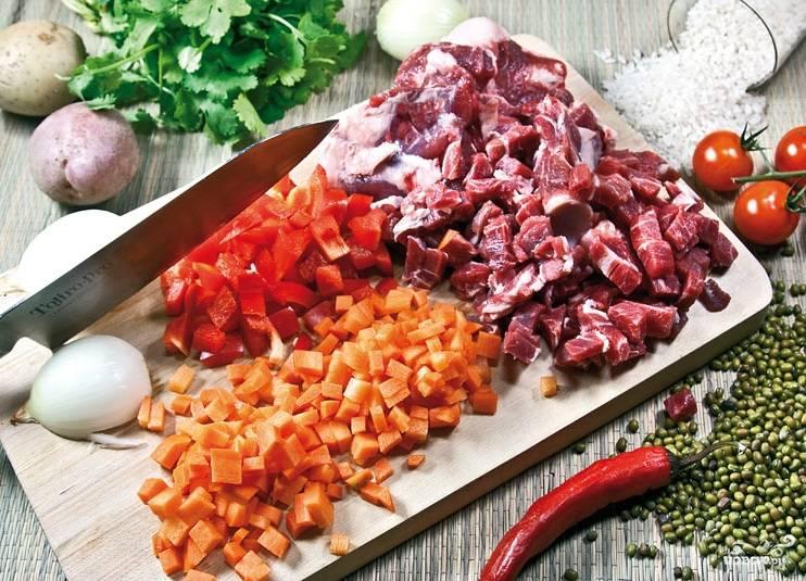 Для данного блюда я взяла именно баранину, поскольку в моем понимании у восточных народов она в почете. Нарезаем мясо на небольшого размера кусочки. Овощи чистим, моем и нарезаем кубиками.