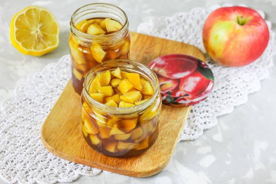 Выложите яблоки в банки, сверху залейте сиропом с корицей до верха. Сразу же закрутите горячими крышками банки по резьбе или с помощью закаточного ключа.