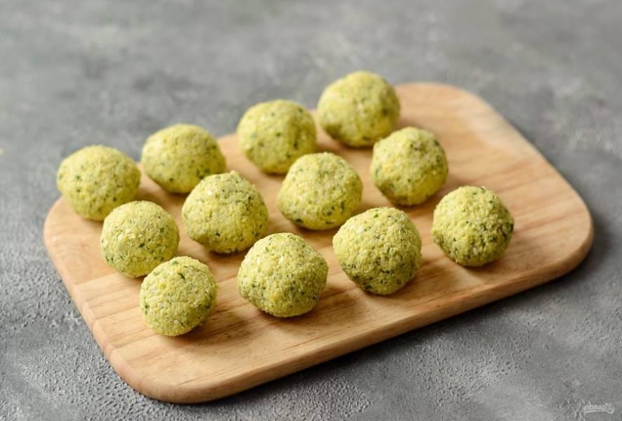 Скатайте из получившейся массы шарики размером с грецкий орех.