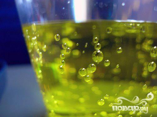 4. В последнюю очередь вылить газированный напиток, быстро перемешать.