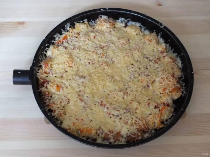 По истечении времени, снимите крышку, посыпьте тертым сыром, закройте крышкой и выдержите еще 1,5 минуты.