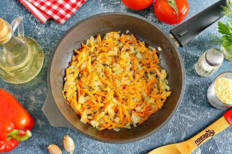 Пока готовится бульон, подготовьте остальные ингредиенты. Лук и морковь обжарьте до мягкости на растительном масле. Нарезка может быть любая.