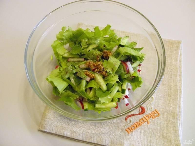 Сложите в глубокий салатник овощи и зелень. Добавьте щепотку соли, перца, горчицу, лимонный сок и масло. Перемешайте.