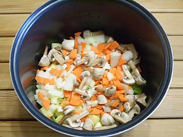 """5. В чашу мультиварки наливаем масло растительное. Складываем овощи, специи соль, чашку воды. Включаем режим """"тушение"""" или """"плов"""" на 1 час. Если рагу делаете в духовку, то выложите все в утятницу и поставьте в разогретую до 180 градусов духовке на час. Воды, если будет мало, в процессе можно добавить."""