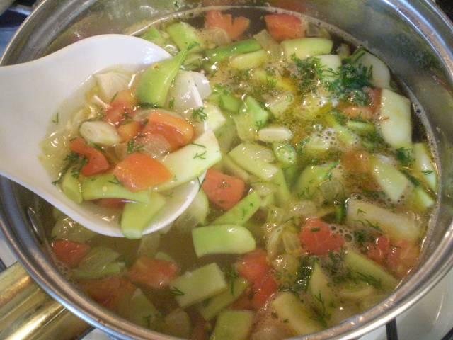 Заправьте суп луком и томатами, добавьте чеснок, зелень, перец черный молотый. Проварите еще пару минут и суп готов. Приятного!