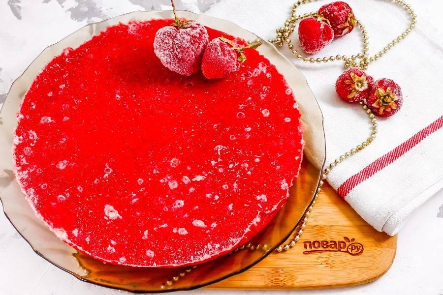 Аккуратно извлеките его из пленки, если собираетесь готовить торт, либо наоборот — заверните в пленку и храните в морозильной камере.