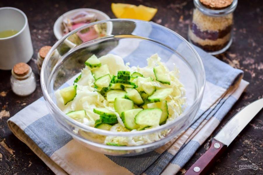 Свежий огурец сполосните, удалите концы с обеих сторон, нарежьте огурец пластинами, добавьте в салат.