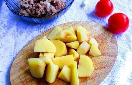 Чистим картошку, нарезаем её на небольшие кусочки. Помидор нарежем небольшими кубиками.