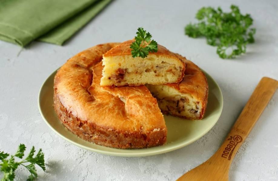 Пирог с копченой курицей готов. Приятного аппетита!