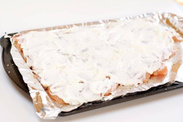 4. Поверхность грудки обильно смазать сметанным соусом. Один совет - лучше сделать двойную порцию соуса, чтобы половиной покрыть курочку, а вторую подать к столу.