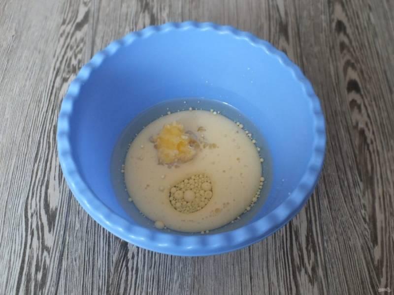 Смешайте в чаше до однородного состояния теплое молоко, мёд и растительное масло.