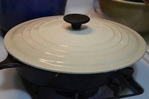 Хлеб выкладываем на сковородку (добавив немного сливочного масла) и обжариваем на среднем огне под крышкой.