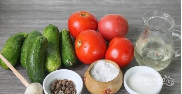 Приготовление огурцов на зиму по этому рецепту не займет у вас много времени. Начнем с того, что подготовим все необходимые ингредиенты. Промываем овощи, очищаем чеснок.
