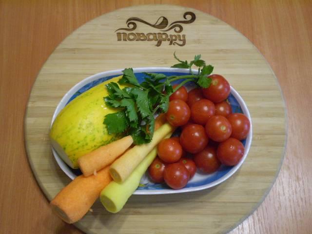 Подготовим овощи: все тщательно вымоем. С кабачка необходимо снять кожуру. Морковь — почистить.
