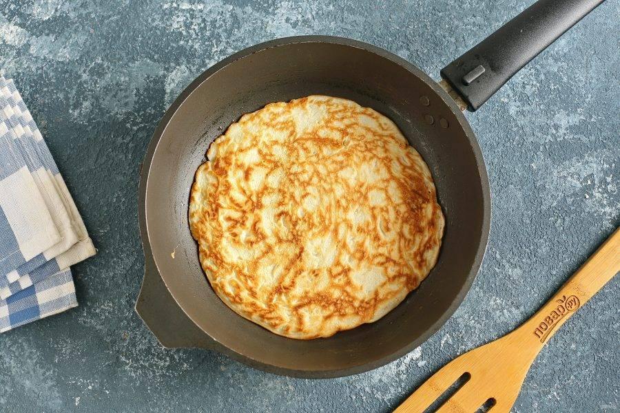 Выпекайте блинчики на разогретой сковороде, смазанной маслом, с двух сторон до золотистого цвета.