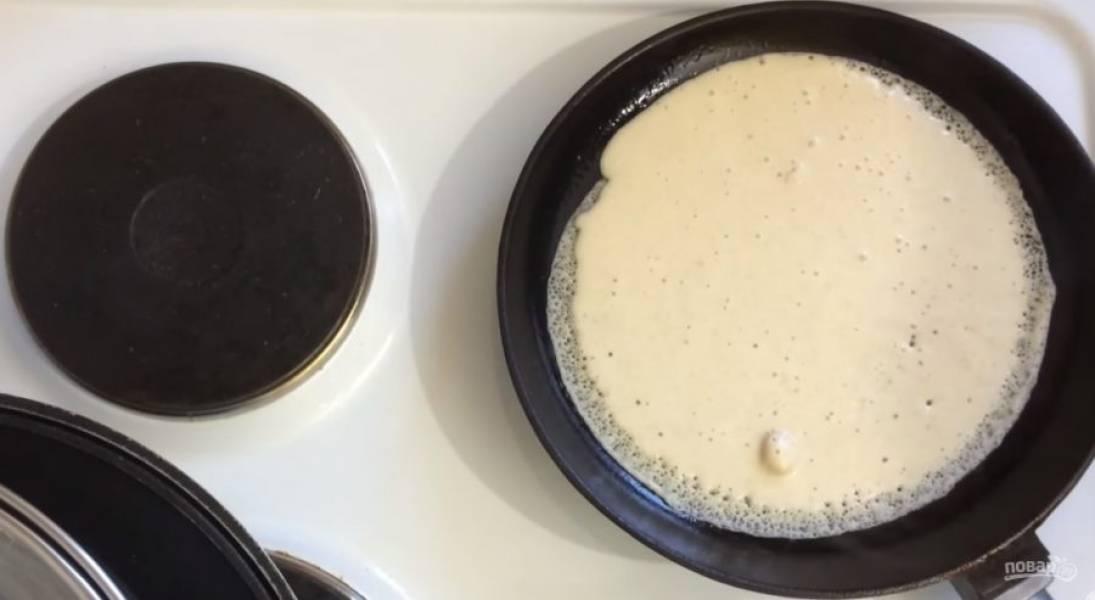 4. Взбейте белки до очень устойчивой пены и добавьте в тесто. Хорошо перемешайте. Выпекайте блины на разогретой на среднем огне сковороде, смазав ее растительным маслом.