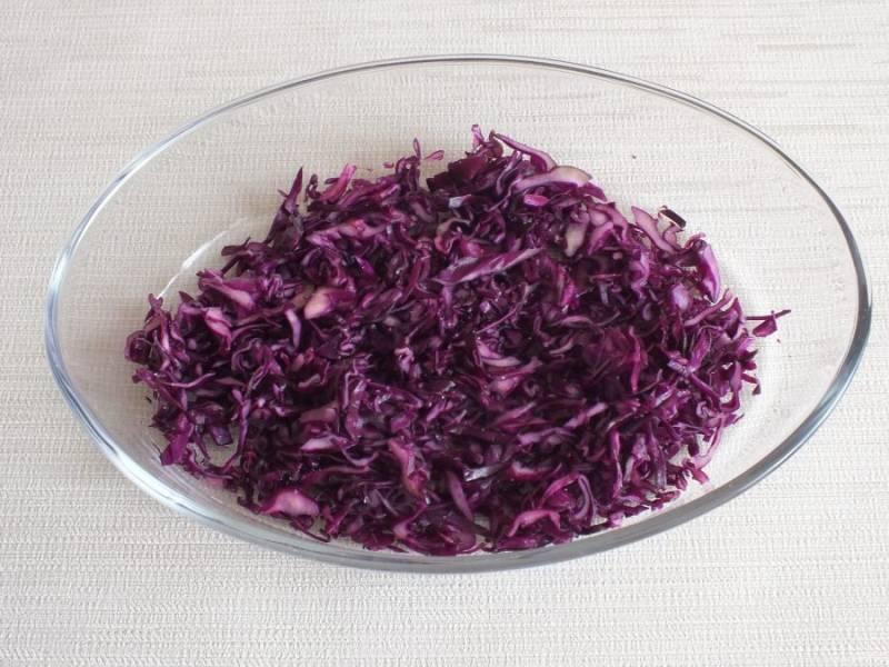 Выложите краснокочанную капусту в чашу, добавьте уксус, сахар и соль по вкусу. Перетрите и оставьте на 15 минут.